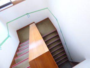 漆喰塗り壁への階段手すり